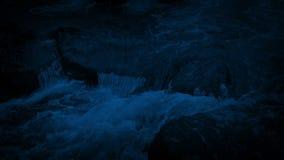 Großer Gebirgsfluss, der über Felsen nachts fließt stock video footage