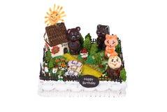 Großer Geburtstagkuchen mit Tieren im Hof Stockbilder