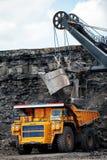 Großer gelber Bergbau-LKW Belaz Stockfoto