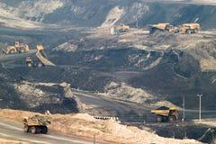 Großer gelber Bergbau-LKW und Planierraupe am Arbeitsindustriestandort Lizenzfreie Stockbilder