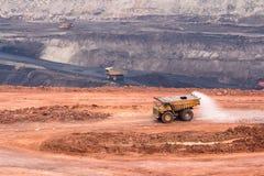 Großer gelber Bergbau-LKW und Planierraupe am Arbeitsindustriestandort Lizenzfreies Stockfoto