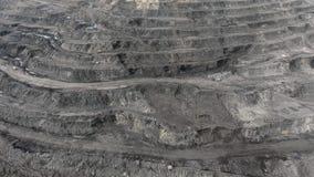 Großer gelber schwerer LKW im Tagebaubergwerkbergbau der Kohle der Gesamtplan TagebauAnthrazitbergbau, Bergbau-LKW an stock video footage