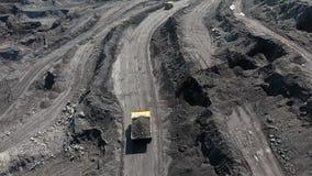 Großer gelber schwerer LKW im Tagebaubergwerkbergbau der Kohle der Gesamtplan TagebauAnthrazitbergbau, Bergbau-LKW an stock footage