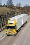 Großer gelber und weißer Lastwagen Stockbilder