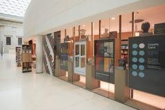 Großer Gerichtsinnenraum British Museums, Buchladen in London Stockfotos