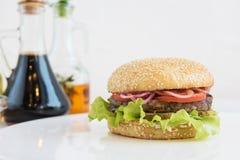 Großer geschmackvoller Burger Lizenzfreies Stockfoto