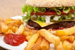 Großer geschmackvoller Cheeseburger Lizenzfreies Stockfoto