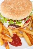 Großer geschmackvoller Cheeseburger Lizenzfreie Stockbilder