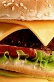 Großer geschmackvoller Cheeseburger Lizenzfreies Stockbild