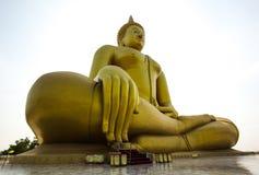 Großer goldener Buddha in Thailand Stockbilder