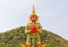 Großer goldener thailändischer riesiger Statuenstand im thailändischen Tempel Lizenzfreies Stockfoto