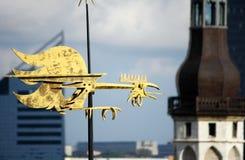 Großer goldener Weathercock in Tallinn Stockfotografie