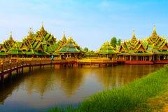 Großer Goldpavillon auf Wasser Lizenzfreie Stockfotografie