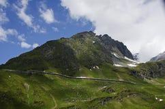 Großer grüner österreichischer Berg in den Alpen stockfotografie
