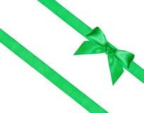 Großer grüner Bogenknoten auf zwei diagonalen Seidenbändern Lizenzfreie Stockbilder