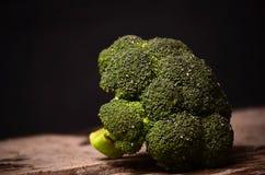 Großer grüner Brokkoli auf einem schwarzen Hintergrund Lizenzfreie Stockbilder