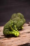 Großer grüner Brokkoli auf einem schwarzen Hintergrund Stockbild