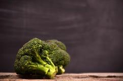 Großer grüner Brokkoli auf einem schwarzen Hintergrund Lizenzfreies Stockfoto