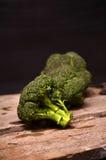 Großer grüner Brokkoli auf einem schwarzen Hintergrund Lizenzfreie Stockfotos