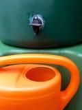Großer grüner Wasserkolben für Regenwasser mit Gießkanne lizenzfreie stockbilder