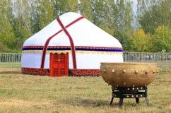 Großer großer Kessel für Ñ-'Ð ¾ Ñ  nahe dem Zelt eines Nomaden Stockbilder
