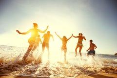 Großer Gruppenfreundsonnenuntergangseestrandlauf lizenzfreie stockbilder