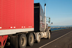 Großer halb LKW mit rotem Anhänger lizenzfreies stockfoto