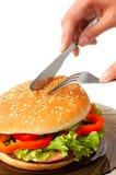 Großer Hamburger auf einer Plattenmahlzeitzeit Stockbild