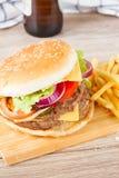 Großer Hamburger mit Bier stockfotos