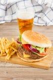 Großer Hamburger mit Bier lizenzfreies stockfoto