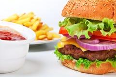Großer Hamburger mit Pommes-Frites stockbilder