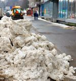 Großer Haufen des Schnees während des Säuberns der Straße lizenzfreies stockfoto