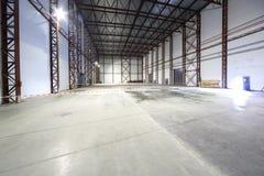 Großer heller leerer Hangar Stockfotos