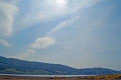 Großer Himmel über dem Loch Stockfotografie