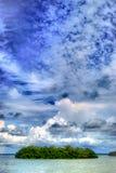 Großer Himmel über Tropeninsel in der Lagune stockfotografie