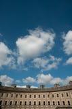 Großer Himmel und Gebäude Lizenzfreies Stockfoto