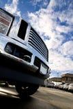 Großer Himmel und großer LKW lizenzfreies stockfoto