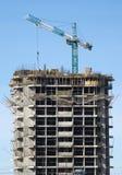 Großer hochziehender Turmkran und Aufbaugebäude Stockfotos