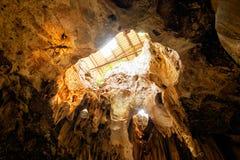 Großer Hohlraumkalksteinhöhlen-Sonnenlichtglanz unter Erde Lizenzfreies Stockfoto