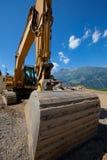 Großer hydraulischer Löffelbagger in den Bergen lizenzfreie stockfotografie