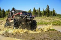 Großer Jeep, der Schlamm in den Bergen #2 spritzt Lizenzfreies Stockfoto