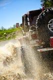 Großer Jeep, der Schlamm in den Bergen #3 spritzt Stockbilder