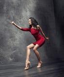 Großer junger Flamencolehrer während einer Wiederholung stockfoto