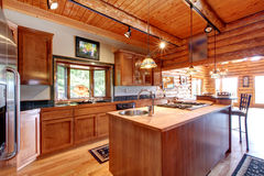 Großer Kücheninnenraum des Blockhauses. Stockfoto