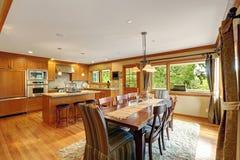 Großer Küchenraum mit elegantem Speisetischsatz Stockbild