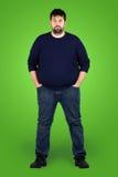 Großer Kerl vollständig vor grünem Bildschirm Lizenzfreie Stockfotografie
