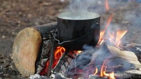 Großer Kessel auf brennendem Lagerfeuer stock video footage