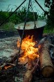 Großer Kessel mit Gulasch bograch auf dem Feuer lizenzfreie stockbilder