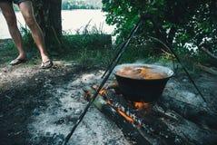 Großer Kessel mit Gulasch bograch auf dem Feuer lizenzfreies stockfoto