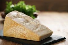 Großer Klumpen des italienischen Parmesankäseparmesankäses auf Schieferbrett Lizenzfreies Stockbild